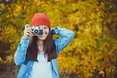 有一台老照相机的妇女 免版税库存照片