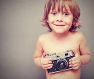 有一台老照相机的男孩 免版税库存照片
