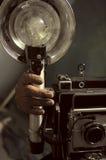 有一台老照相机的老摄影师 免版税图库摄影