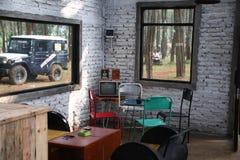 有一台老铁椅子和电视的一间屋子 免版税图库摄影
