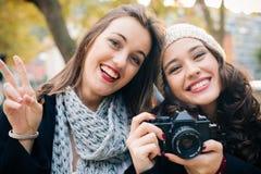 有一台老类似物SLR照相机的骄傲的女朋友 免版税库存照片