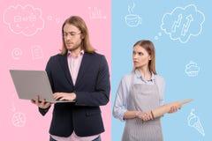 有一台膝上型计算机和他紧张的妻子的大忙人有滚针的 免版税库存图片