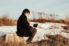 有一台膝上型计算机的一个人在街道上 免版税库存照片