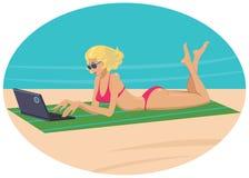 有一台膝上型计算机的女孩在海滩 免版税库存照片