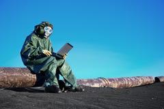 有一台膝上型计算机的科学家在污染的区 免版税图库摄影