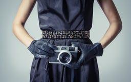 有一台类推照片照相机的美丽的时尚女孩 库存图片