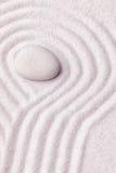 有一块丝绸白色石头的禅宗庭院与在圣的波动图式 免版税图库摄影