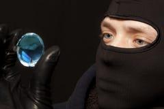 有一块大绿宝石的窃贼 免版税库存照片