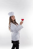 有一块大玻璃的女孩厨师 免版税库存照片