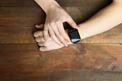 有一块巧妙的手表的一只人` s手 免版税库存照片