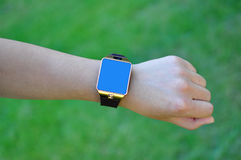 有一块巧妙的手表的手 图库摄影