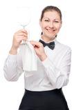 有一块干净的玻璃的成功的女服务员酒摆在 免版税图库摄影