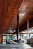 有一块木地板和天花板的现代客厅 免版税图库摄影