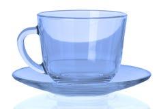有一块板材的蓝色空的杯子在白色背景 免版税库存图片