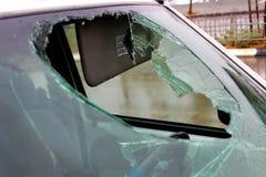 有一块残破的挡风玻璃的汽车在雨中得到湿在路 E 免版税库存照片