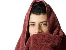 有一块毛巾的人在他的头 库存图片