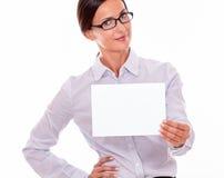 有一块空白的牌的微笑的女实业家 库存图片