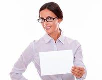 有一块空白的牌的微笑的女实业家 免版税库存图片