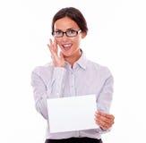 有一块空白的牌的深色的女实业家 库存照片