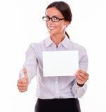 有一块空白的牌的满意的女实业家 库存照片