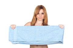 有一块蓝色毛巾的裸体性感的偶然女孩 免版税库存图片