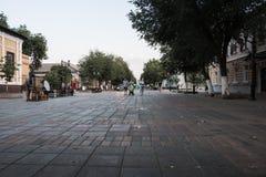 有一块被铺的石头的走的街道在奥伦堡市在一个夏日 关闭从铺路石的水平的看法 免版税库存照片