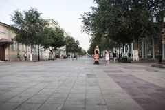 有一块被铺的石头的走的街道在奥伦堡市在一个夏日 关闭从铺路石的水平的看法 免版税库存图片