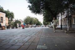有一块被铺的石头的走的街道在奥伦堡市在一个夏日 关闭从铺路石的水平的看法 库存图片