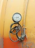 有一块破裂的玻璃的工作压力测量仪在机器含水层 库存图片
