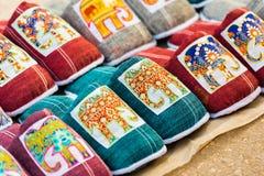 有一头大象的纪念品拖鞋在市场上,琅勃拉邦,老挝 特写镜头 库存照片