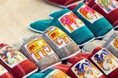 有一头大象的纪念品拖鞋在市场上,琅勃拉邦,老挝 特写镜头 免版税库存图片