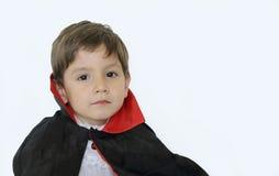 有一套吸血鬼服装的Serius男孩在万圣夜 图库摄影