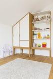 有一套新的木家具的儿童居室 免版税库存图片
