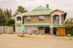 有一家小商店的肯尼亚建筑学房子和卖主老 库存照片