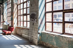 有一家故障中工厂的内部的窗口的老蓝色混凝土墙 库存照片