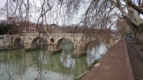 有一座古老桥梁的台伯河河在罗马,意大利 免版税库存图片