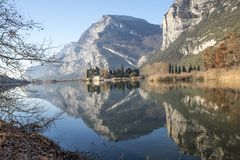 有一座城堡和分支的反射的湖在前景 库存照片