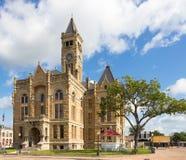 有一座大法院大楼的一个小镇 免版税库存照片