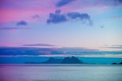 有一座山的一个海岛在天际 库存照片