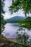 有一座山的一个美丽,冷的山湖在背景中 免版税图库摄影
