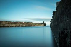 有一座灯塔的一个长的码头在末端 免版税图库摄影