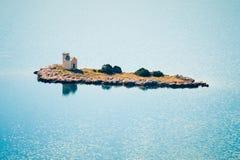 有一座灯塔的小海岛在亚得里亚海 图库摄影