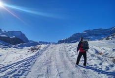 有一座背包和karemate上升的山的游人在冬天 免版税库存图片