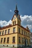 有一座钟楼的古镇大厅在集市广场 库存照片