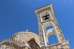 有一座钟楼的教会反对蓝天 免版税库存照片