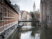 有一座钟楼的河在背景中,河 库存照片