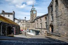 有一座钟楼的风景中世纪街道在斯特灵市中心 库存图片
