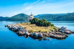 有一座非常老灯塔的小海岛 免版税库存图片