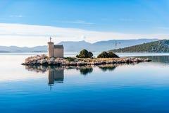 有一座非常老灯塔的小海岛 免版税库存照片