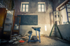 有一张书桌的被破坏的委员会在一个被放弃的守旧派 免版税库存图片